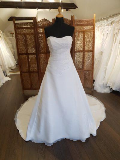 Smuk og klassisk brudekjole fra Eglantine Creation. Kjolen er i organza, har smukke blondeelementer, draperet overkrop og snøreryg.