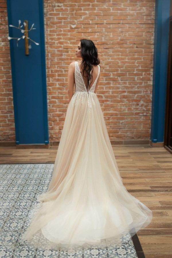 Smuk brudekjole i farverne beighe og ivory fra Pollardi Fashion Group. Kjolen har dyb v-udskæring både for og bag og er dekoreret med pallietter på de dekorative blonder.