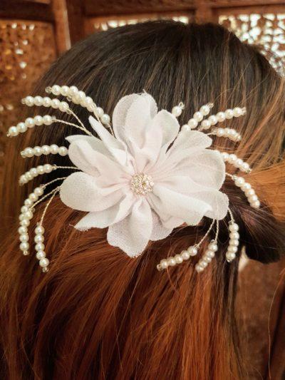 Karina Bentzen. Håndlavet hårkam med stofblomst og perler.
